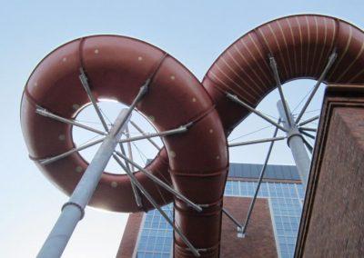 Bild på en vattenrutschkana utomhus, tagen underifrån i kokpunkten simhall